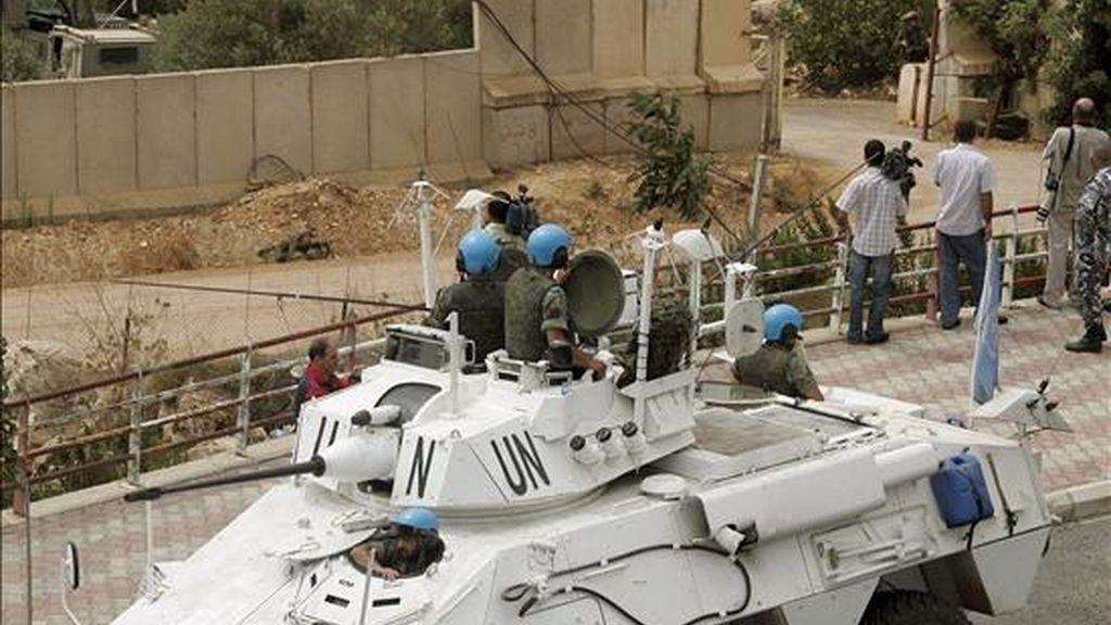 Soldados de la Fuerza Interina de las Naciones Unidas en el Líbano (delante) tomando posiciones frente a tropas israelíes que estaban talando árboles en la zona fronteriza con el Líbano este miércoles. EFE