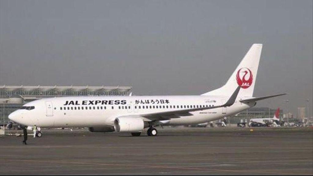 Fotografía facilitada por Japan Airlines de uno de sus Boeing 737 en la plataforma del aeropuerto de Sendai, en el noreste de Japón, en el primer vuelo que opera en esta instalación tras quedar arrasada por el terremoto y el tsunami que devastaron la zona hace más de un mes. EFE
