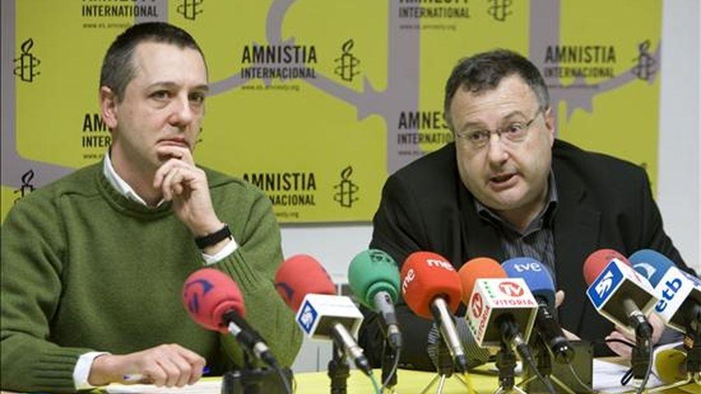 El coordinador de Amnistía Internacional en el País Vasco y Navarra, Andrés Krakenberger (d), y su homólogo en Vitoria, Daniel Añua (i), intervienen en rueda de prensa, hoy. EFE