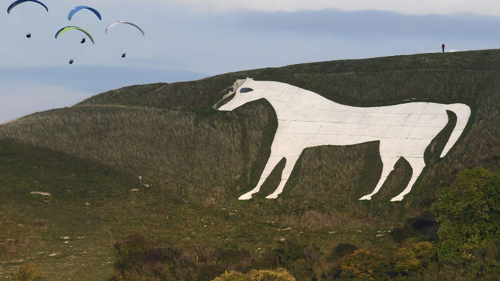 Paracaidistas volando sobre un 'caballo blanco' originario del siglo IX