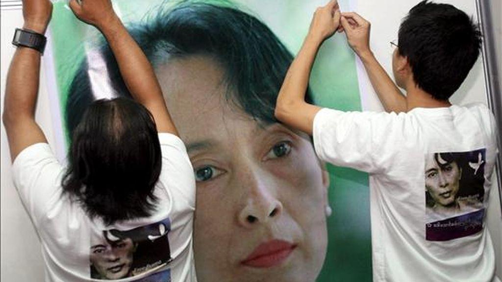 Activistas birmanos pro-derechos humanos cuelgan una foto de la líder opositora birmana y Nobel de la Paz Aung San Suu Kyi. EFE/Archivo