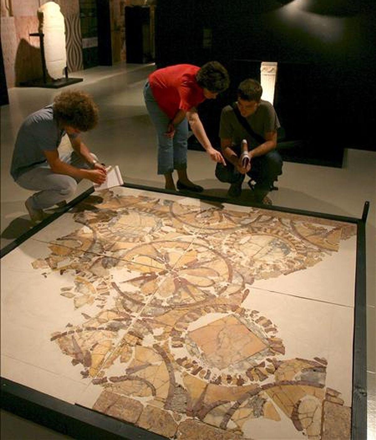 """Varios fragmentos de un mosaico expuestos en la muestra """"Tarraco Pedra a Pedra"""", cuyo eje es el uso de la piedra como elemento de construcción y que está abierta al público desde hoy y hasta el 22 de noviembre en el Museo Nacional Arqueologico de Tarragona. EFE"""