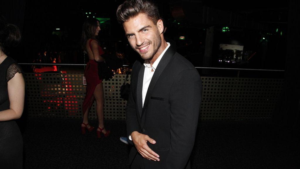 Maxi Iglesias con un impecable esmoquin de Armani