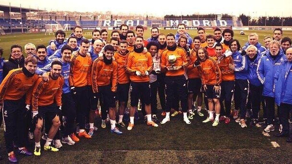 La plantilla del Real Madrid posa junto a Cristiano y su Balón de Oro