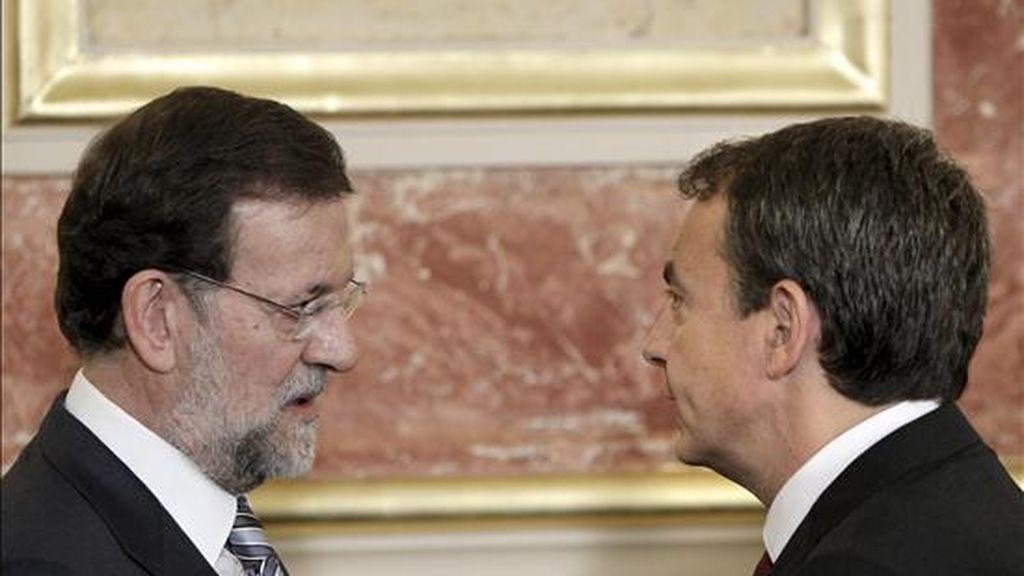 El presidente del Gobierno, José Luis Rodríguez Zapatero (d), charla con el líder del PP, Mariano Rajoy, durante los actos conmemorativos del Día de la Constitución que se celebran en el Congreso de los Diputados. EFE