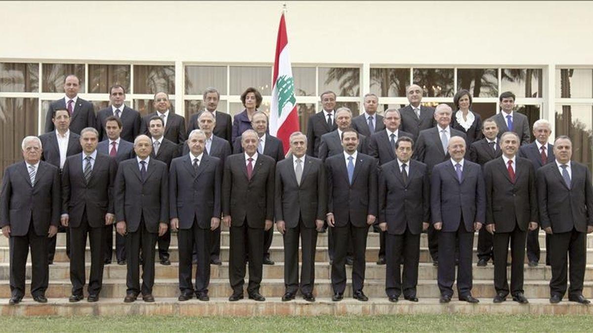 Fotografía facilitada por la agencia libanesa Dalati & Nohra del presidente libanés, Michel Suleiman (c), el primer ministro Saad Hariri (c-dcha) y el presidente del Parlamento Nabih Berri (c-izda) posando para una foto de familia con el resto de miembros del gobierno libenés en el palacio presidencial de Baabda, en el este de Beirut, el Líbano. EFE