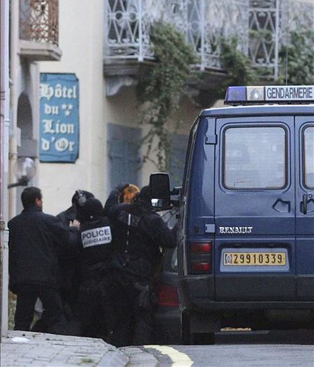 """Imagen de archivo en la que la policía francesa escolta al presunto etarra Garikoitz Aspiazu, alias """"Txeroki"""", tapado con una manta, tras el registro efectuado en la localidad de Cauterets. EFE"""