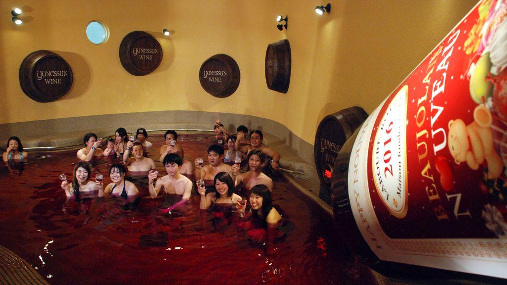 Japoneses bañados en vino