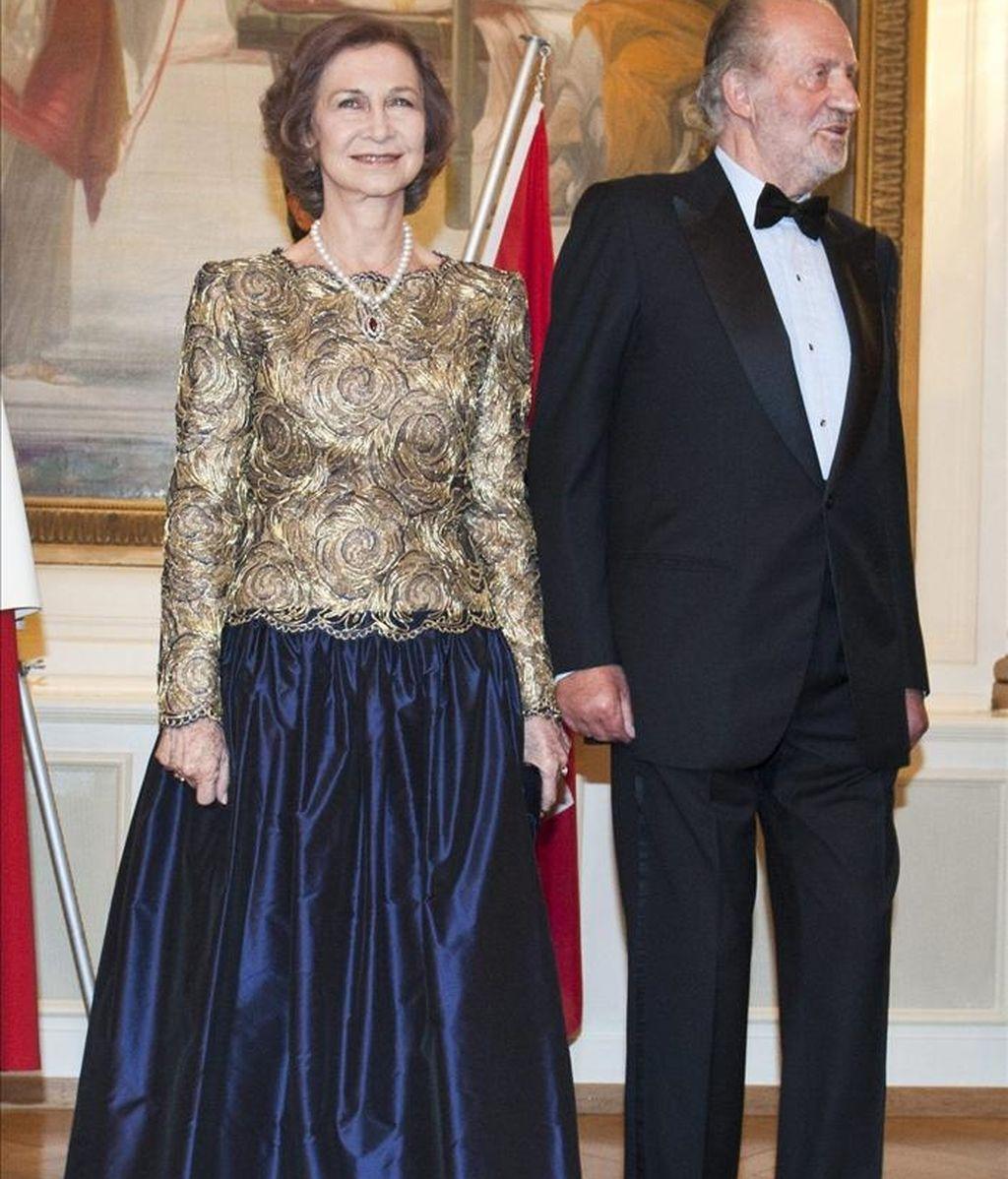 El rey Juan Carlos I (d), y la reina Sofía (i), a su llegada hoy al Hotel Bellevue previo a una cena ofrecida en su honor, en Berna, Suiza. EFE