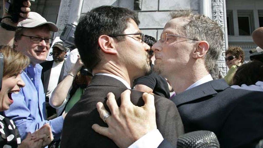 Una pareja celebra el anuncio de las bodas gays legales en California. Foto: AP