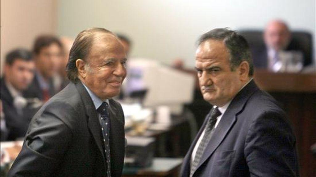 El ex presidente argentino Carlos Menem (i) se retira de los tribunales de Comodoro Py, en Buenos Aires (Argentina), donde acudió para comparecer en el juicio por contrabando agravado de armas a Croacia y Ecuador durante su gobierno. EFE