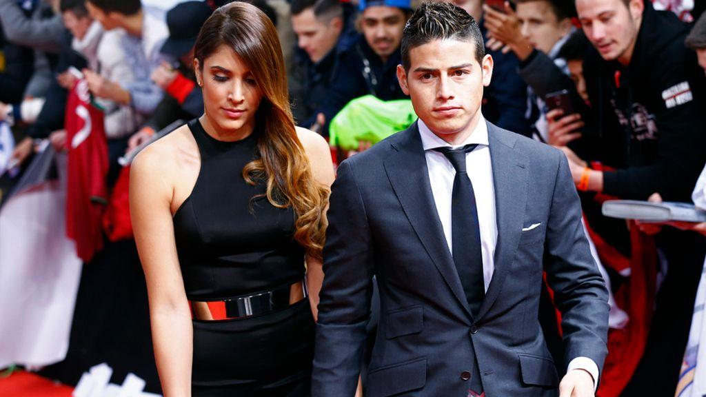 Daniela Ospina, mujer de James, con un vestido con cuello halter y cinturón dorado