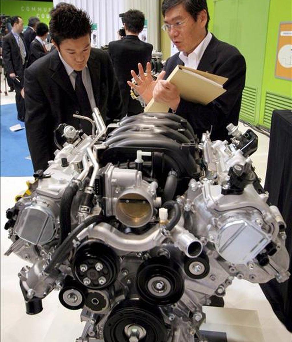 En la imagen, un empleado de Toyota Motor presenta un nuevo motor durante la presentación de los nuevos plantes de desarrollo de tecnologías medioambientales en Tokio, Japón. EFE/Archivo