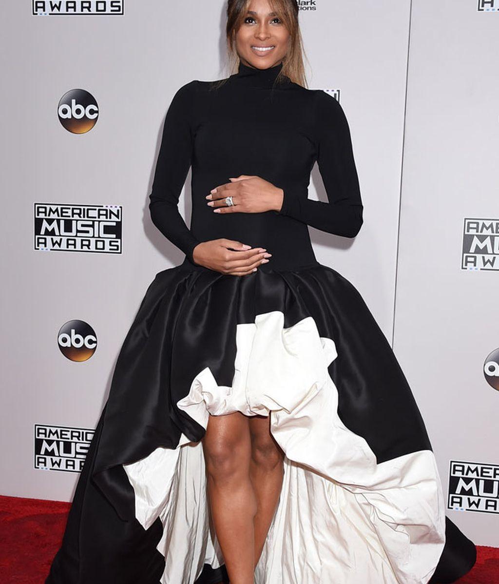 Ciara lució embarazo, con cuello alto y falda tipo globo, en blanco y negro