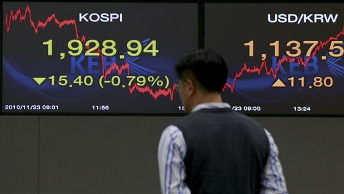 Un trabajador del Banco de Cambio de Corea del Sur observa la evolución del índice Kospi, en la sede de la banca en Seúl. EFE/Archivo