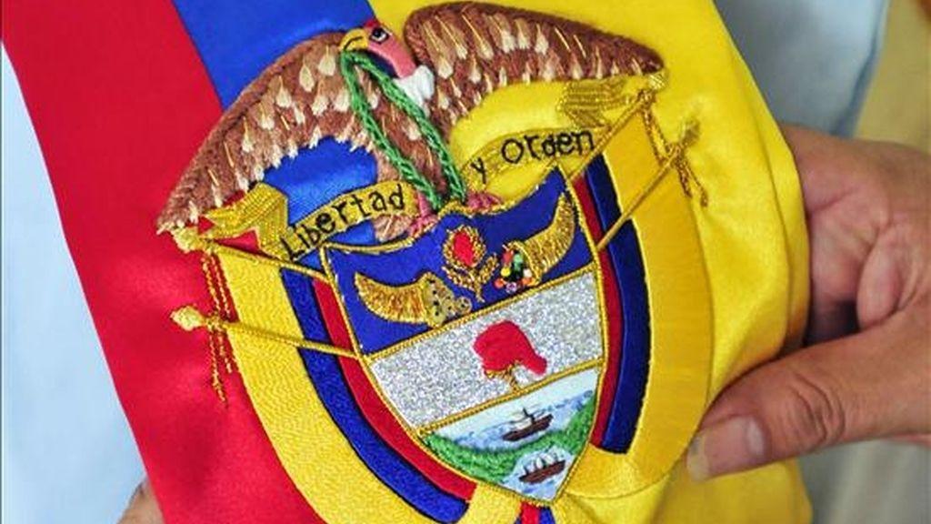 En la imagen detalle tomado de la banda presidencial que usará Juan Manuel Santos como nuevo presidente de Colombia el próximo 7 de agosto. EFE/Archivo