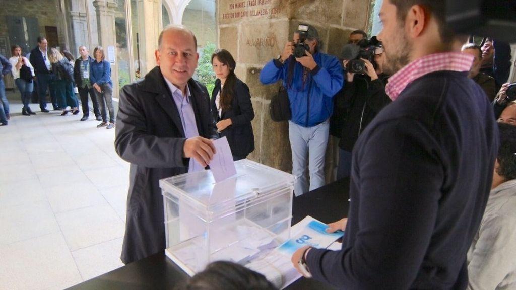 Leiceaga, candidato socialista, ha votado en el Rectorado de Santiago