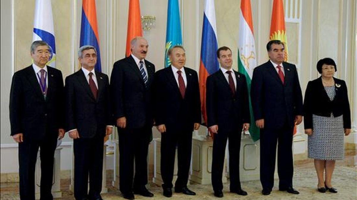 (I-d) El secretario general de la Comunidad Económica Eurasiática (CEEA), Tair Mansurov; y los presidentes de Armenia, Serge Sarkisián; Bielorrusia, Alexander Lukashenko; Kazajistán, Nursultán Nazarbaev; Rusia, Dmitri Medvedev; Tayikistán, Emomalí Rajmón; y Kirguizistán, Rosa Otunbayeva, asisten a una sesión del Consejo Interestatal de la CEEA celebrado en Astaná (Kazajistán), hoy, 5 de julio. La CEEA está integrada por Rusia, Bielorrusia, Armenia, Kazajistán, Kirguizistán y Tayikistán. EFE