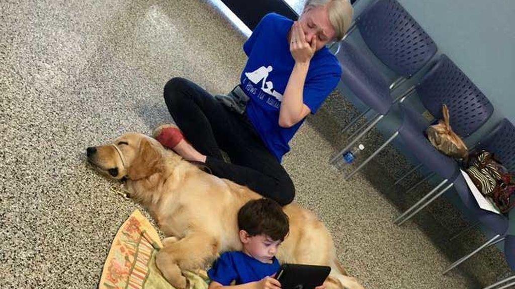 La emoción de una madre al ver a su hijo autista relacionarse con su perro