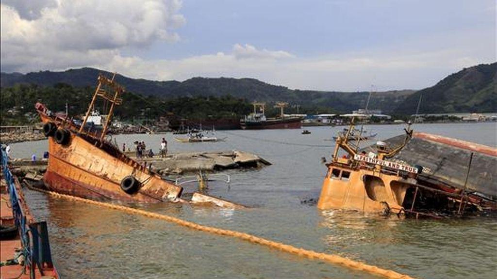 Vista de varios barcos de pesca prácticamente hundidos en la costa de la localidad de Mariveles, en la provincia de Bataan, oeste de Manila (Filipinas) tras el paso del ciclón Conson. EFE/Archivo