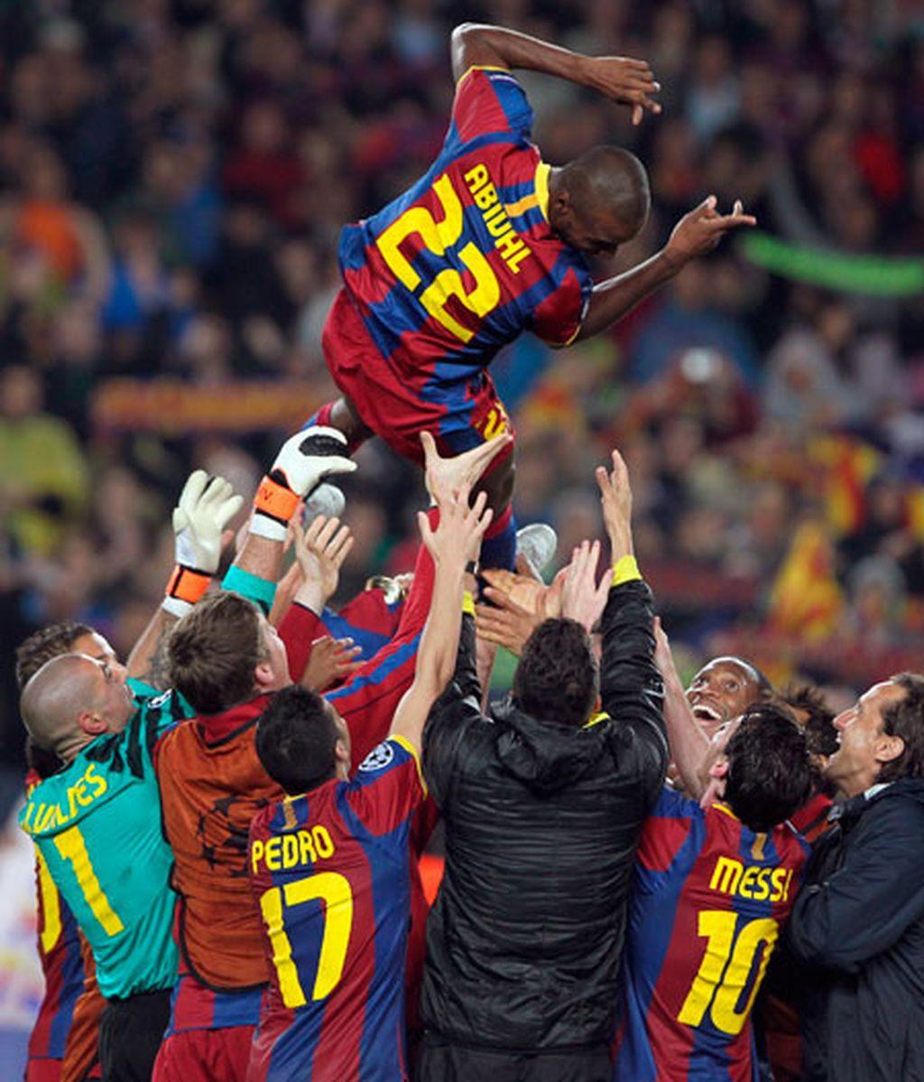 Los jugadores del FC Barcelona mantean a su compañero Eric Abidal durante la celebración del paso de los blaugranas a la final de la Liga de Campeones. Foto: EFE.