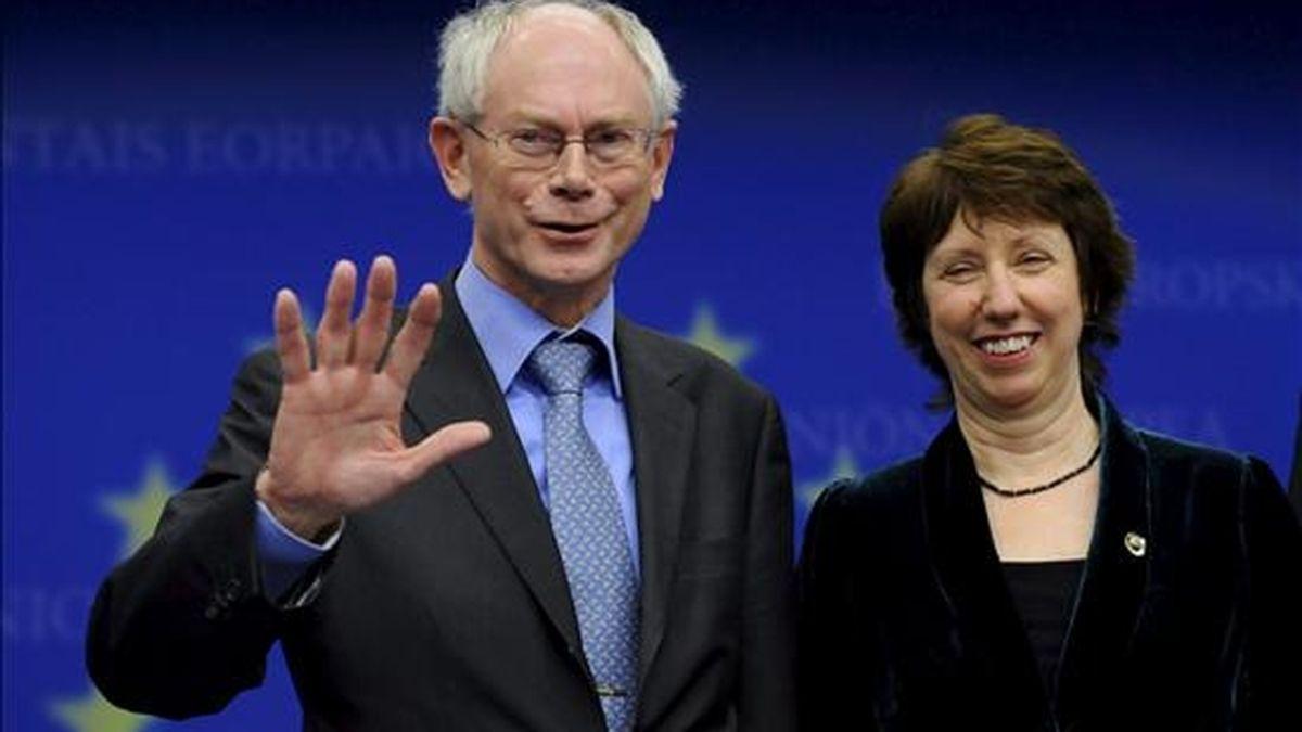 El primer ministro belga, Herman Van Rompuy (i), y la comisaria europea de Comercio, Catherine Ashtone, posan después de ser elegidos primer presidente estable del Consejo Europeo y nueva Alta Representante de Política Exterior, respectivamente, en la reunión de líderes de la Unión Europea, en Bruselas, Bélgica. EFE