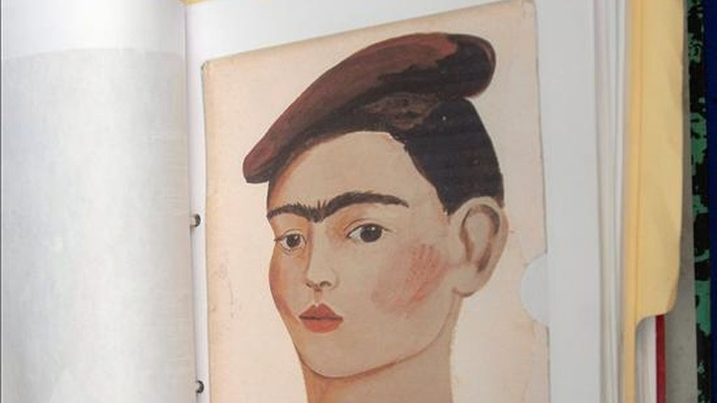 Aspecto de uno de los más de cuatrocientos cuadros falsos de la pintora mexicana Frida Kahlo que están circulando en la actualidad en el mercado de arte. Varios expertos denunciaron el martes en Ciudad de México, en una rueda de prensa, sobre la existencia de estas copias. EFE