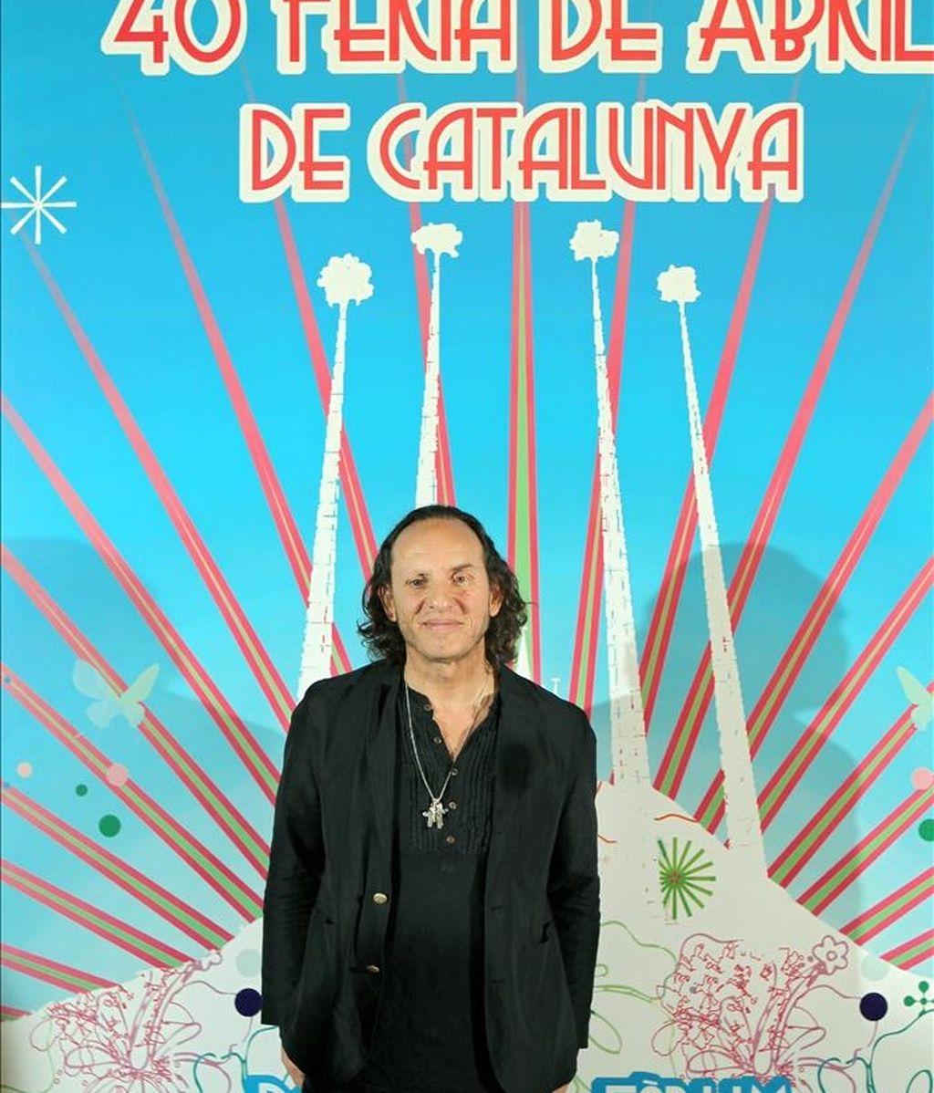El diseñador de moda, Custo Dalmau, posa ante el cartel que ha diseñado para la Feria de Abril de Cataluña de este año, que tendrá lugar del 29 de abril al 8 de mayo en la explanada del Forum de Barcelona. EFE