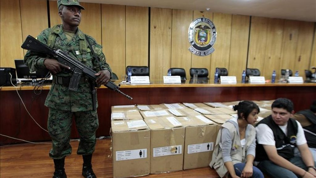 Un militar ecuatoriano custodia el pasado 10 de mayo en la Junta Provincial Electoral en Quito (Ecuador), las actas de la consulta celebrada el sábado pasado en el país. EFE