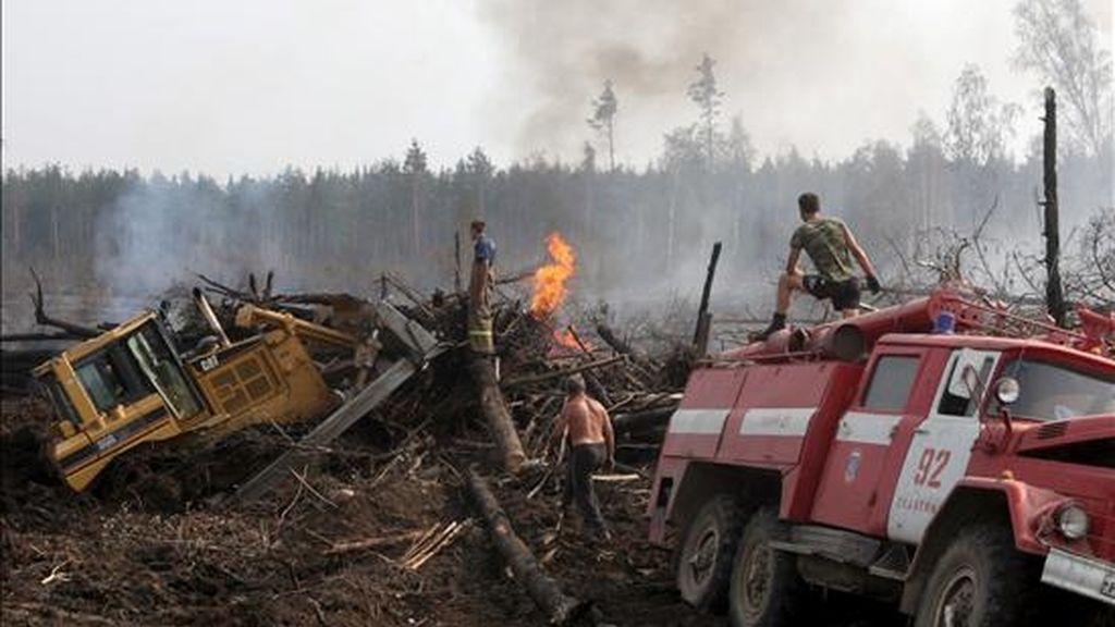 Bomberos construyendo un cortafuegos para bloquear un incendio en un bosque cercano al pueblo de Kupavna, a unos treinta kilómetros de Moscú, este martes. EFE
