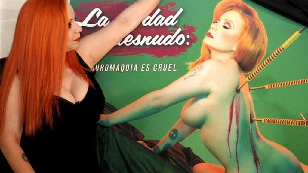 """La campaña protagonizada por la artista mexicana reza que """"la tauromaquía es cruel"""". Vídeo: ATLAS"""