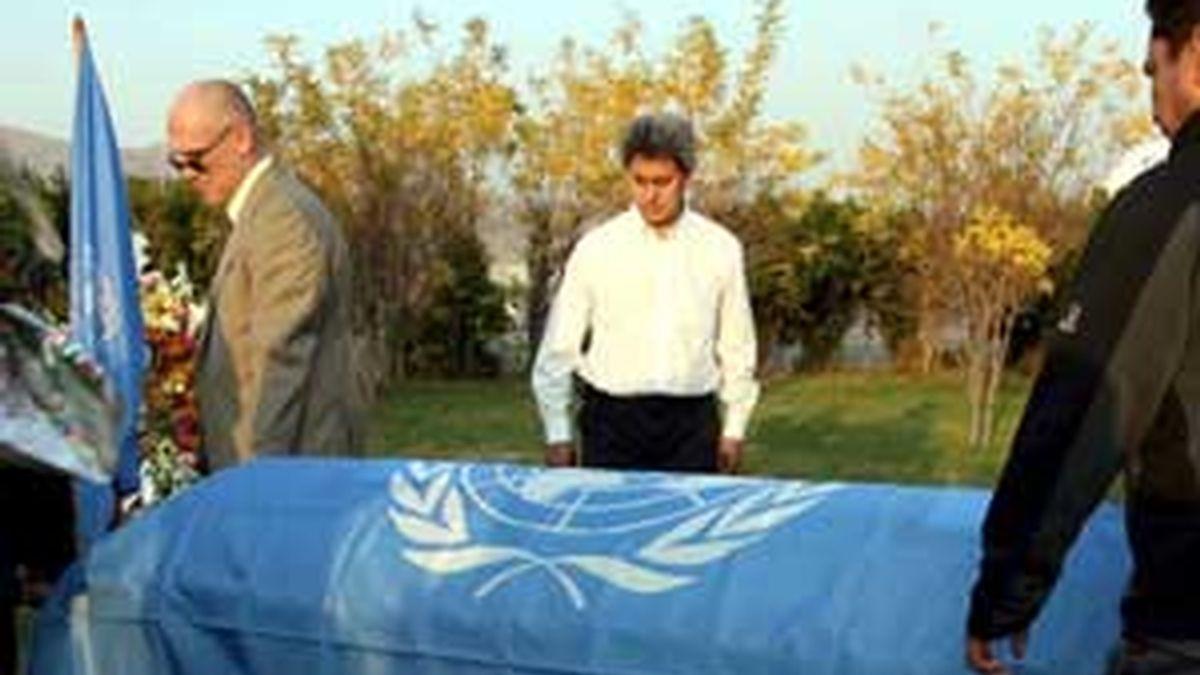 Unos hombres trasladan el féretro de uno de los seis trabajadores de la ONU que murieron en un ataque talibán a un hotel en Kabul. Foto: EFE