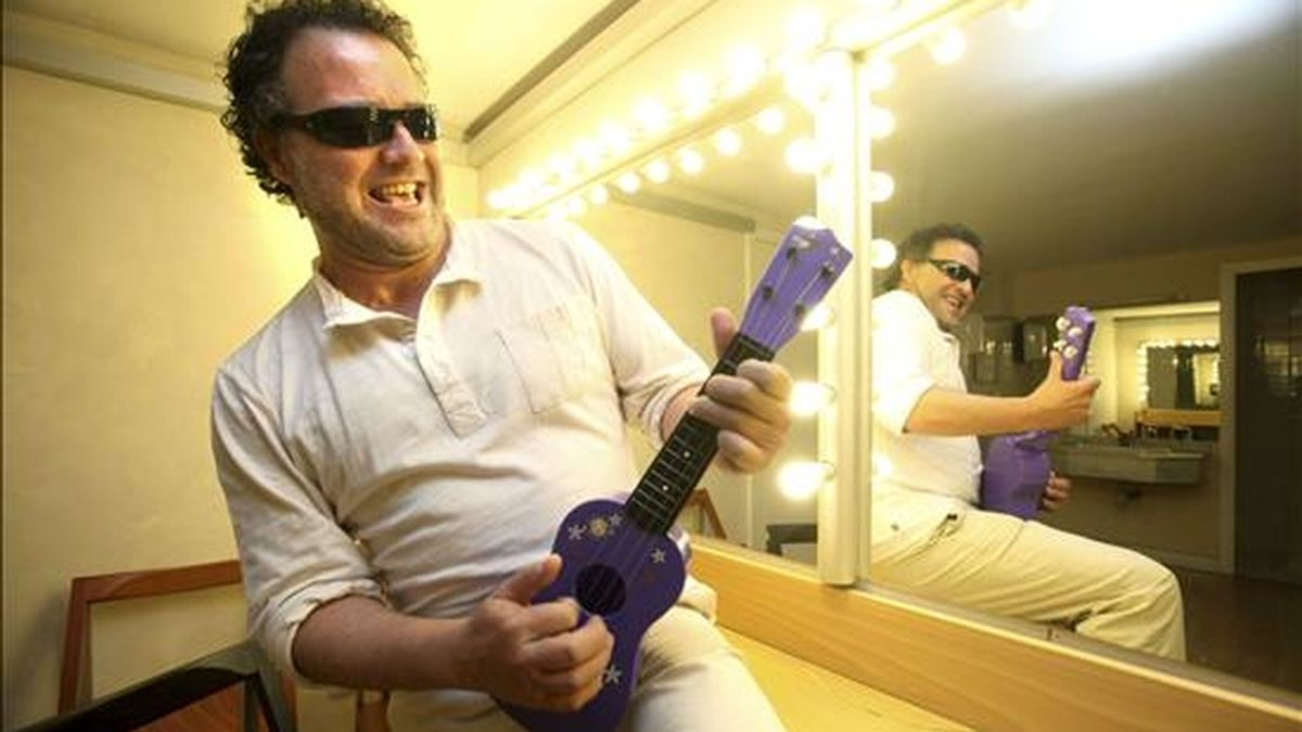 El director del Festival de la Guitarra de Córdoba, Ramón López, bromea con una guitarra de juguete tras la entrevista concedida a Efe. EFE