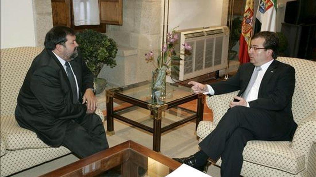 El ministro de Justicia, Francisco Caamaño (i), conversa con el presidente de la Junta de Extremadura, Guillermo Fernández Vara, durante la reunión que mantuvieron hoy en la sede de la Presidencia de la Junta en Mérida. EFE