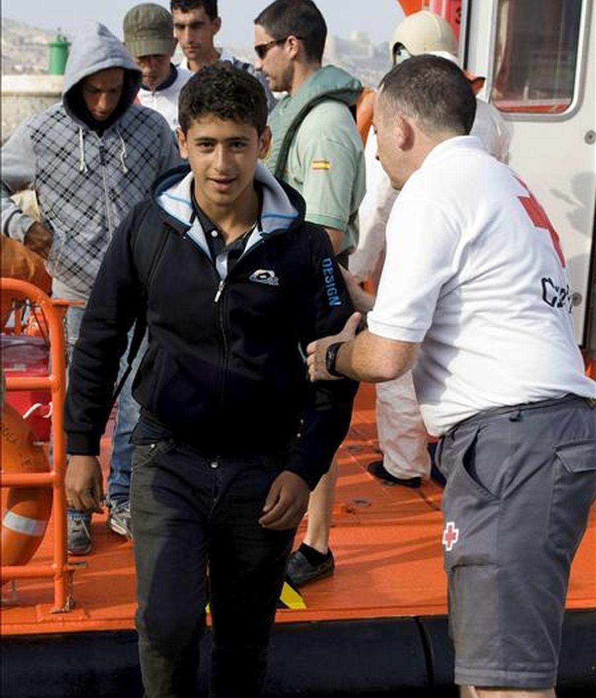 Un joven inmigrante a su llegada al puerto de Almería donde hoy arribaron siete pateras. EFE