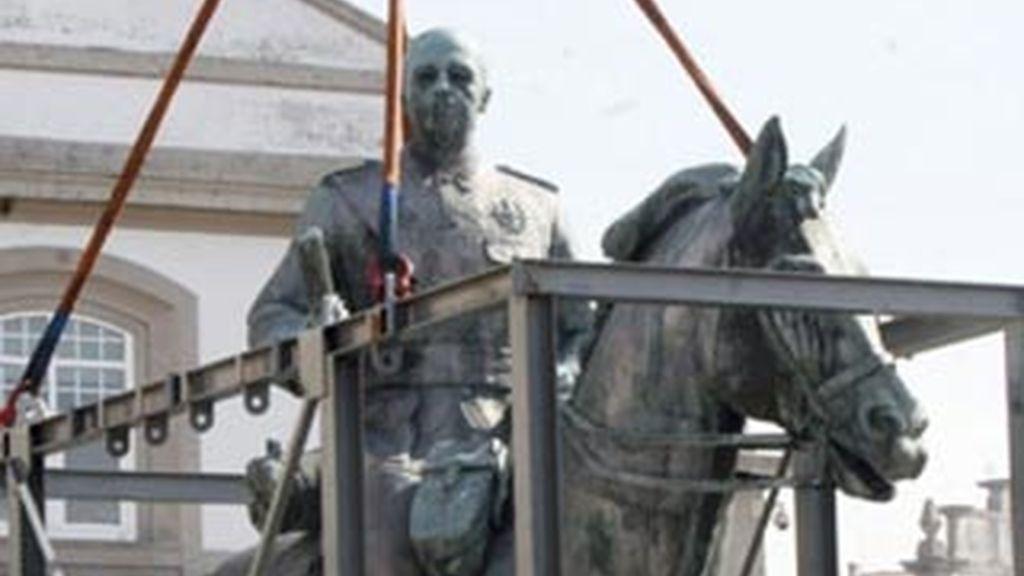 La estatua, al almacén. Foto: EFE.