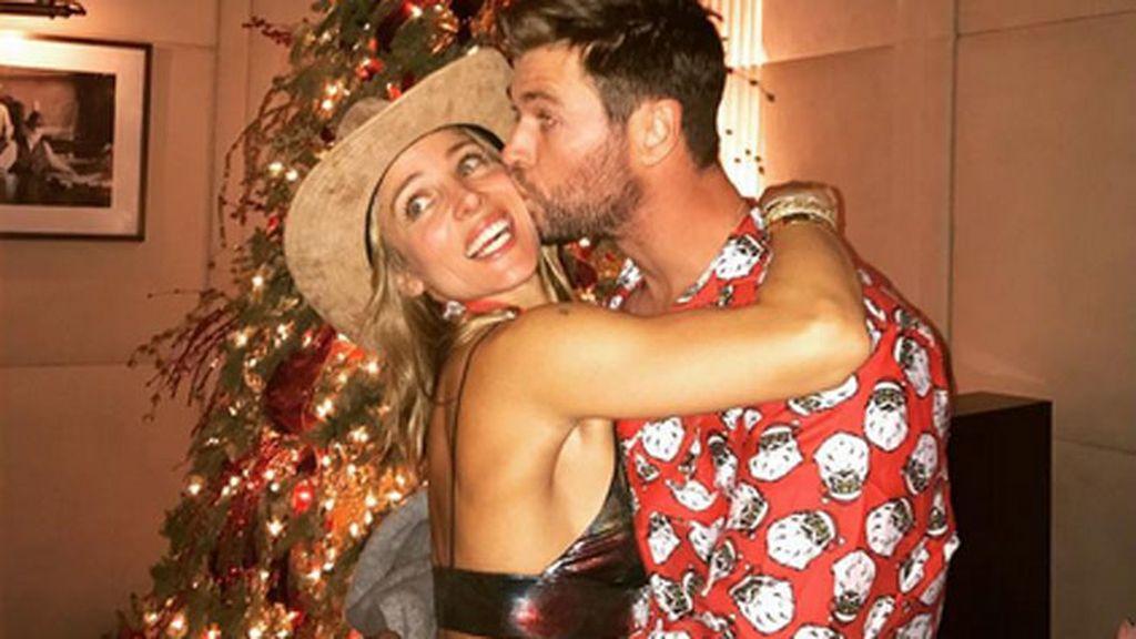 Elsa repite con abrazo, esta vez a Chris, que luce el perfecto pijama navideño