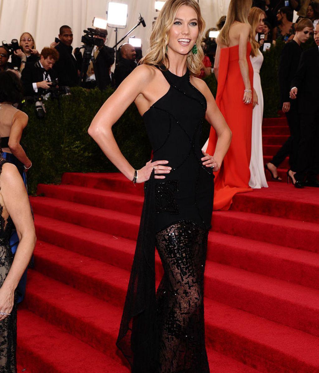 Karlie Kloss con vestido de Versace