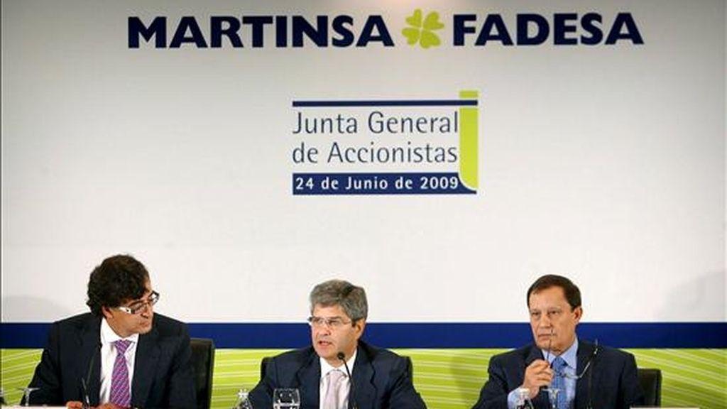 El presidente de Martinsa-Fadesa, Fernando Martín (c), acompañado por el vicepresidente, Antonio Martín, y el secretario del Consejo de Administración, Ángel Varela (i), durante la Junta General Ordinaria y Extraordinaria de Accionistas de Martinsa-Fadesa, S.A., celebrada esta mañana en A Coruña. EFE