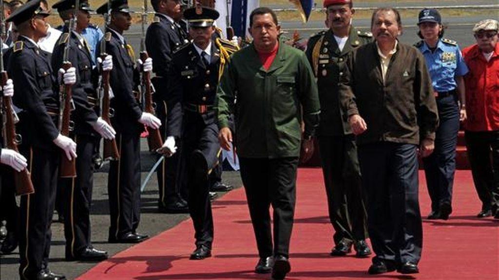 El presidente de Nicaragua, Daniel Ortega (d), recibe a su homólogo venezolano, Hugo Chávez (i), en el Aeropuerto Internacional Augusto César Sandino en Managua (Nicaragua). EFE/Archivo