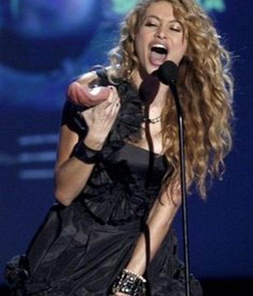 Paulina Rubio recoge la 'lengua' a la mejor solista en la entrega de los Premios MTV, el pasado jueves 15 de octubre del 2009.  Foto AP