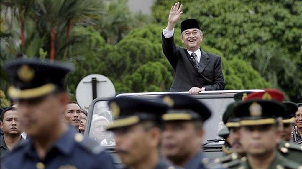El ex primer ministro malayo, Abdullah Ahmad Badawi (c), quien también ocupaba el cargo de ministro de Defensa, saluda durante su ceremonia de despedida, mantenida en el Ministerio de Defensa, en Kuala Lumpur (Malasia), el 2 de abril de 2009. Abdullah Ahmad Badawi dimitió tras seis años en el poder. EFE