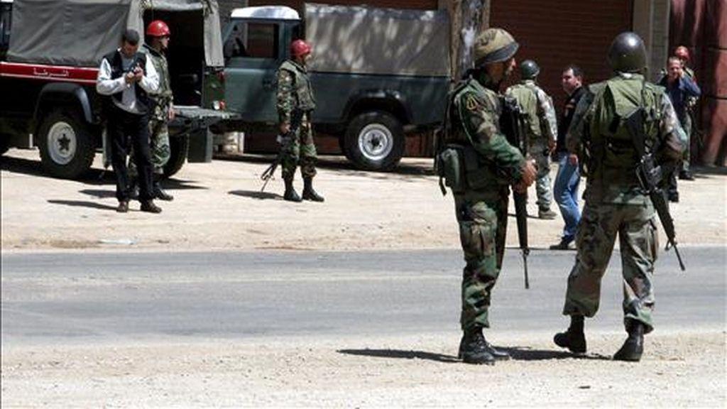 Soldados libaneses revisan el lugar donde una patulla del ejército libanés fue atacada hoy lunes. EFE