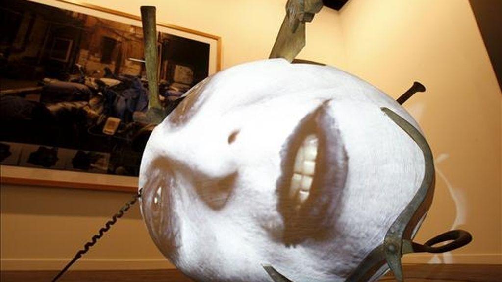 """Obra de Toni Ausler, de la Galería Soledad Lorenzo, expuesta para su venta en ARCO 2009, feria que abrió hoy sus puertas a los profesionales con las propuestas de 250 galerías que traen a Madrid las obras de sus mejores artistas, en una edición en la que la muestra afronta la crisis económica con """"calidad"""" y """"atrevimiento"""". EFE"""