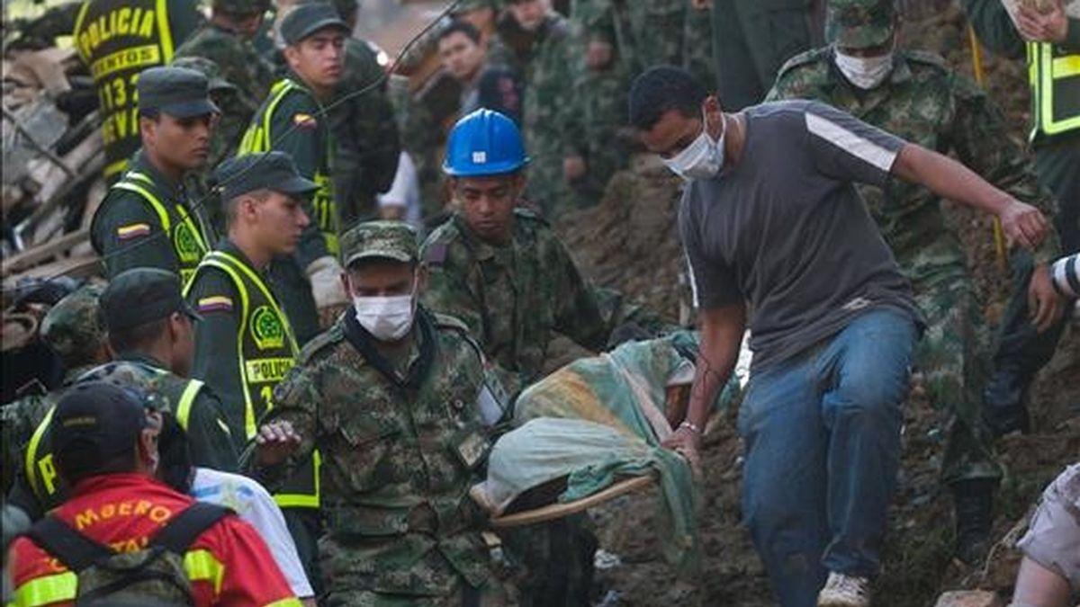 Los servicios de rescate trabajan para recuperar cadáveres y rescatar posibles supervivientes. VÍDEO: Atlas.