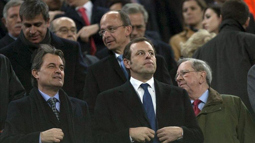 El presidente del FC Barcelona, Sandro Rosell (c), y el presidente de la Generalitat, Artur Mas. EFE/Archivo