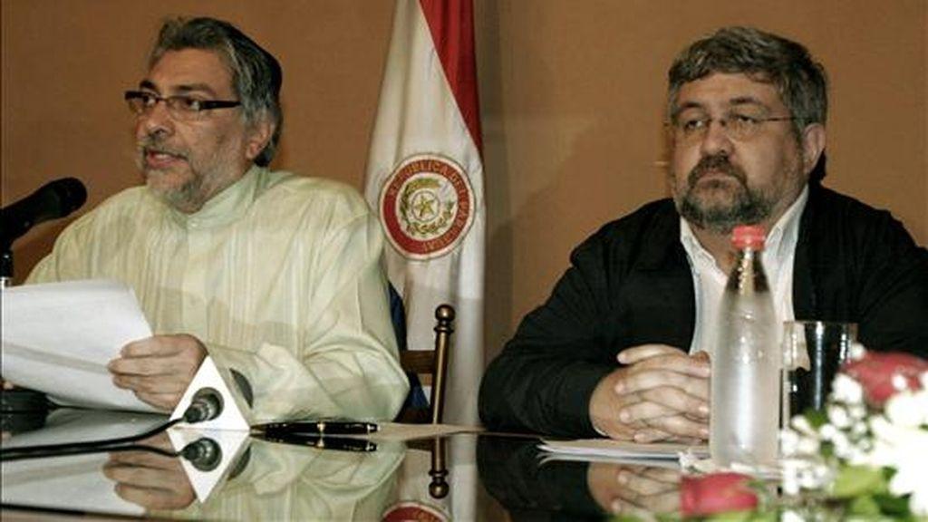 El jefe de Estado paraguayo, Fernando Lugo, habla junto a su ministro de Relaciones Exteriores, Héctor Lacognata, durante un acto en Asunción en el que, en su carácter de presidente pro témpore del Mercado Común del Sur (Mercosur), condenó el golpe militar en Honduras. EFE