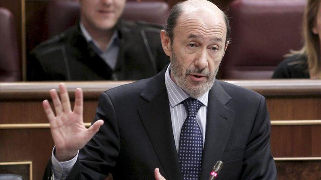 El vicepresidente primero del Gobierno, Alfredo Pérez Rubalcaba, responde a una pregunta de la oposición durante la sesión de control al Ejecutivo en el pleno del Congreso de hoy. EFE