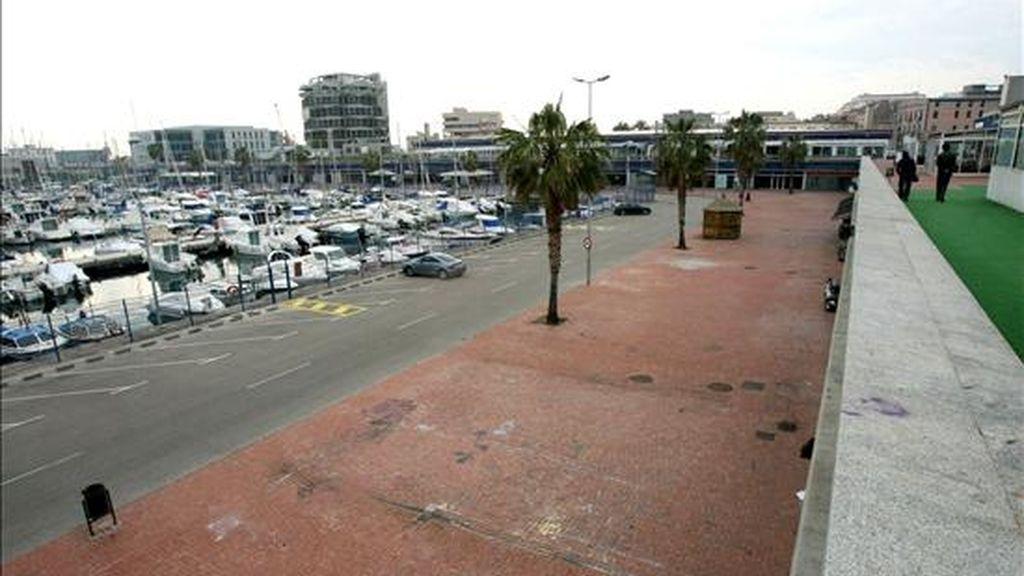 La Guardia Urbana de Tarragona ha detenido a dos jóvenes después de que, presuntamente, uno de ellos violara a una chica en el puerto deportivo de Tarragona, mientras su amigo lo grababa con el teléfono móvil. En la imagen la zona de ocio del puerto donde ocurrieron los hechos. EFE