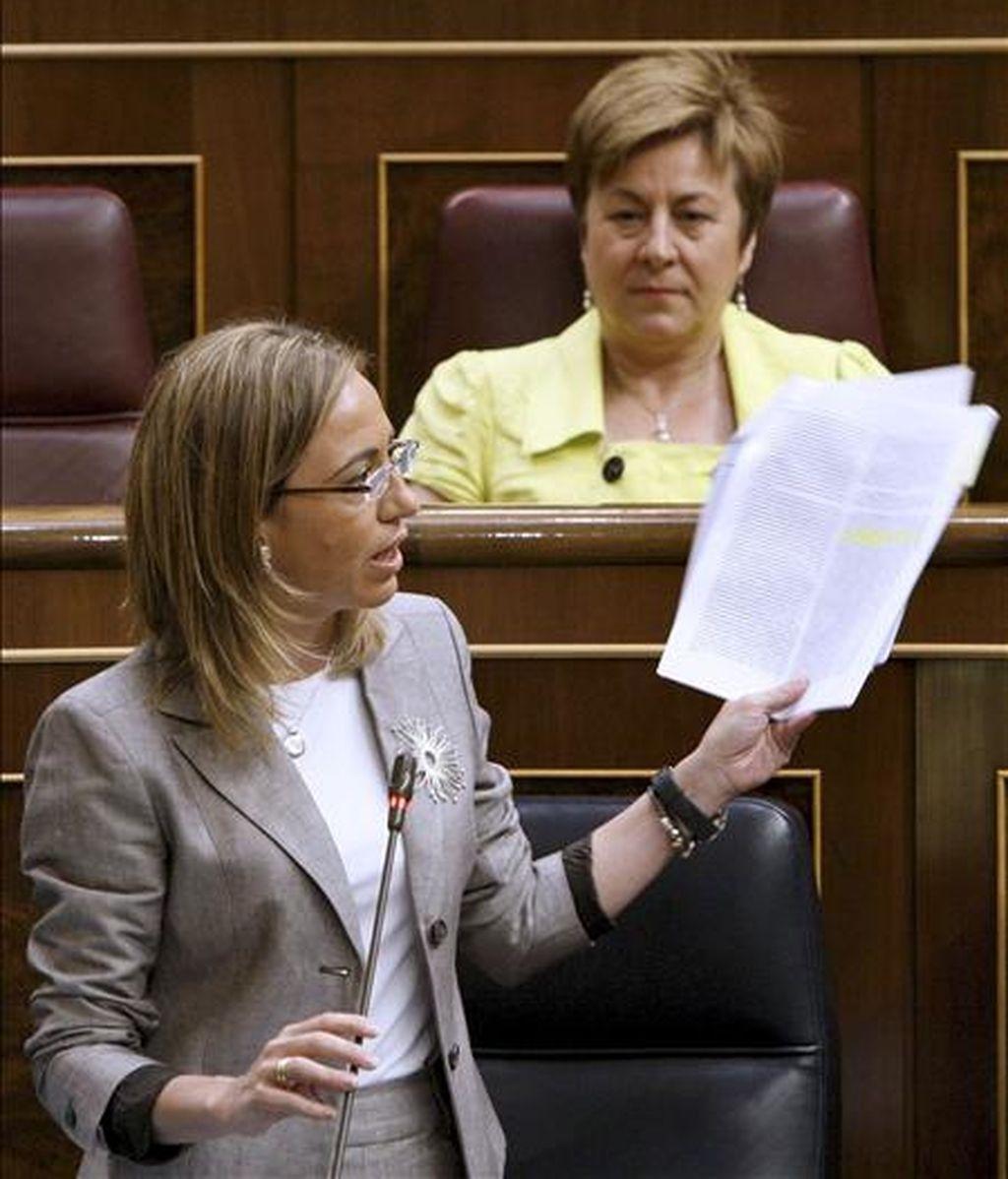 La ministra de Defensa, Carme Chacón, durante su intervención en la sesión de control al Gobierno del pleno del Congreso celebrado hoy. EFE